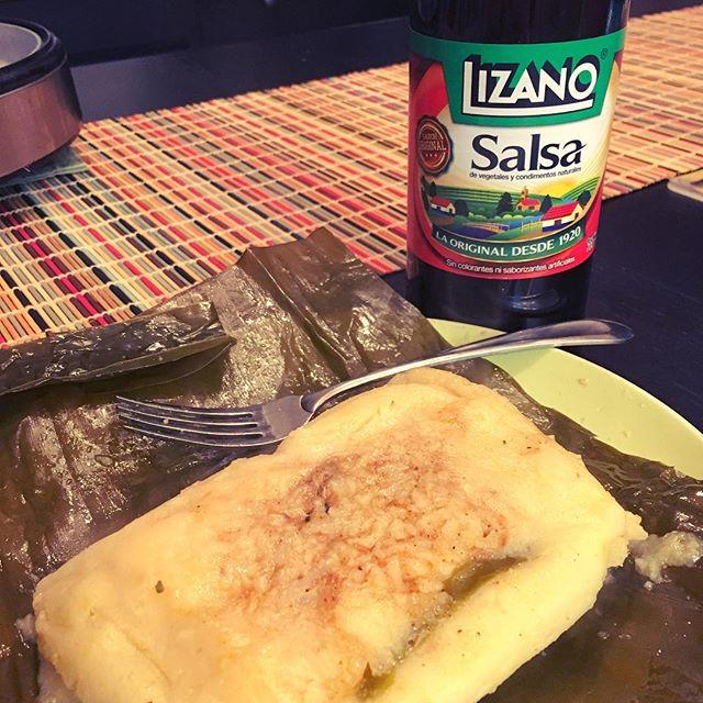 Un tamal con salsa Lizano nommmmm